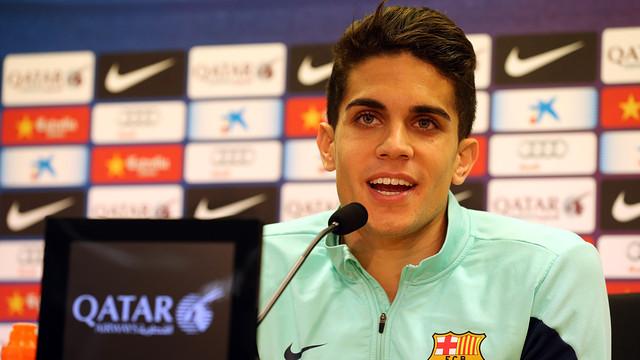 Marc Bartra sonríe durante la rueda de prensa de este lunes